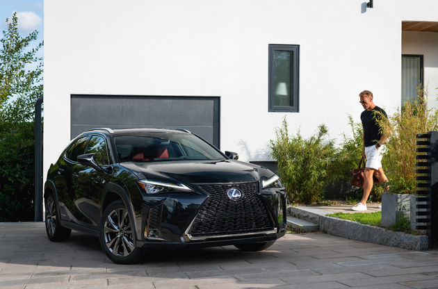 Lexus UX_HV_Graphite Black GF_Lifestyle11