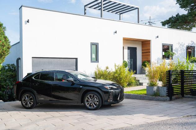 Lexus UX_HV_Graphite Black GF_Lifestyle12