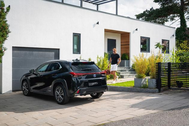 Lexus UX_HV_Graphite Black GF_Lifestyle13