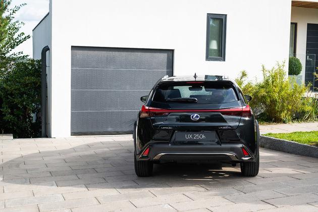 Lexus UX_HV_Graphite Black GF_Lifestyle14