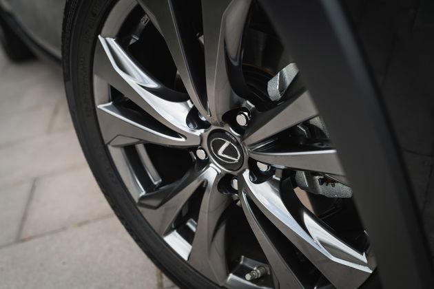 Lexus UX_HV_Graphite Black GF_Lifestyle16