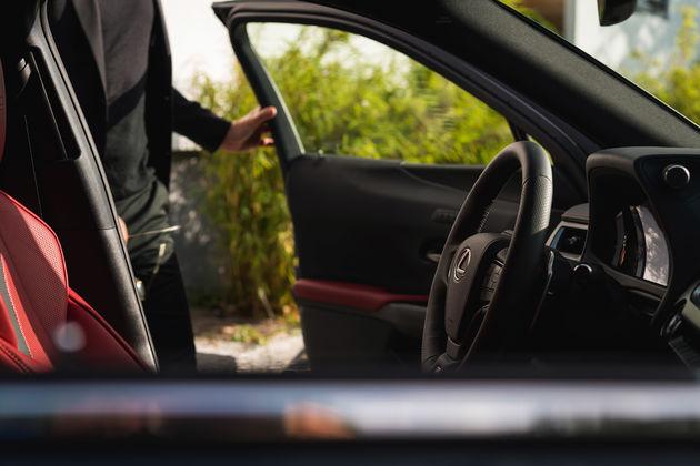 Lexus UX_HV_Graphite Black GF_Lifestyle8