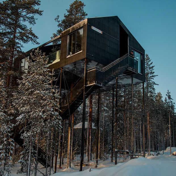 Dit te gekke boomhut-hotel in Zweden staat op eenzame hoogte