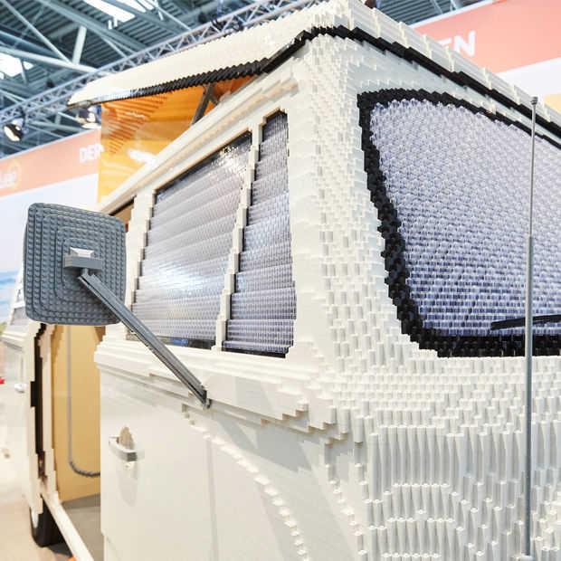 Volkswagen Transporter T2 in 400.000 LEGO-stenen