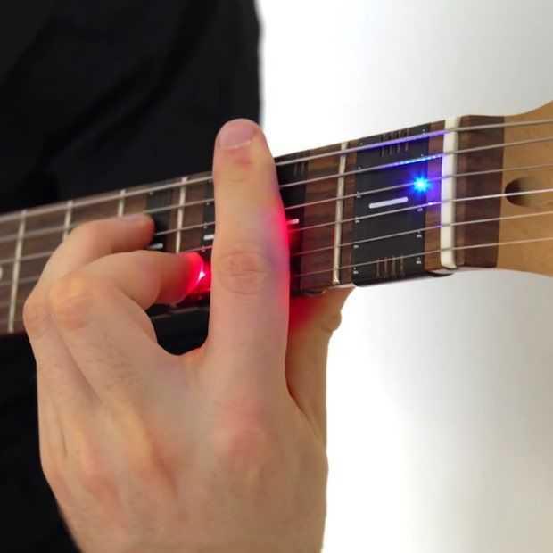 Met de FretX LED sleeve kun je heel makkelijk gitaar leren spelen