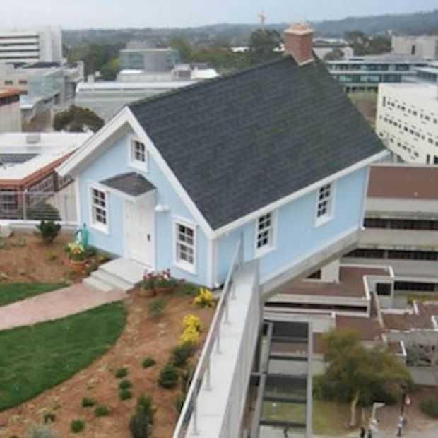 Maak kennis met het huis dat zwaartekracht tart en aan een ander gebouw hangt!