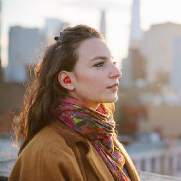Dit in-ear apparaat vertaalt direct wat de ander zegt