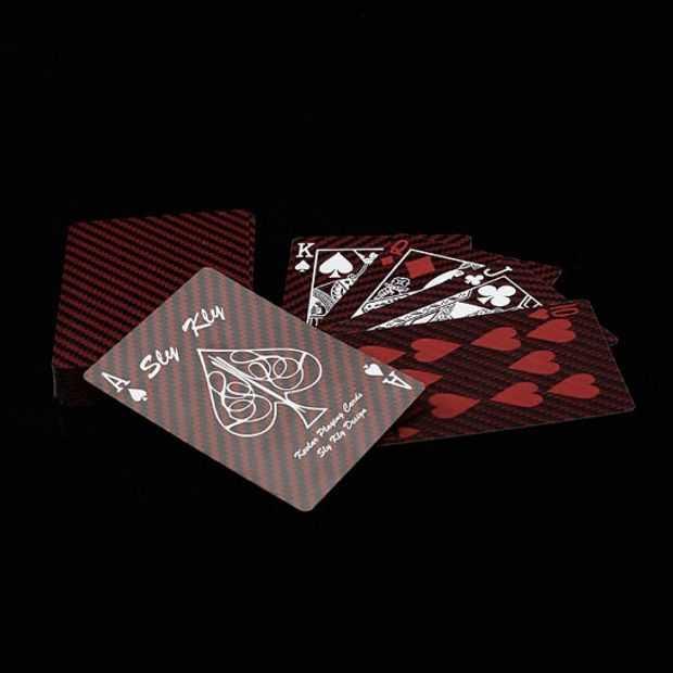 Zie deze speelkaarten van Kevlar letterlijk een kogel tegenhouden