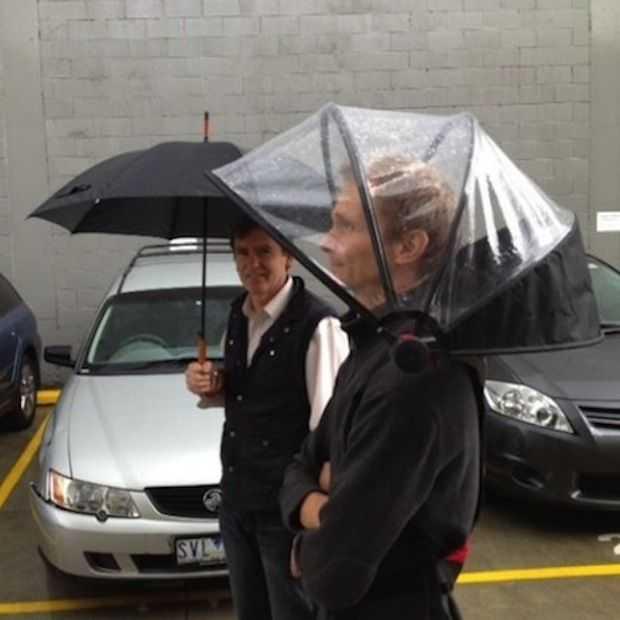 Nubrella: de paraplu die je niet vast hoeft te houden