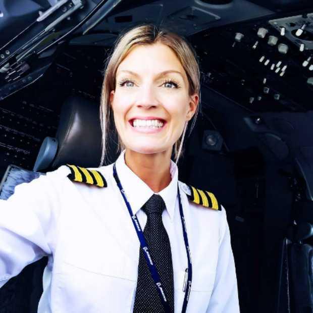 Sexy piloot Maria Pettersson verovert het internet met yoga