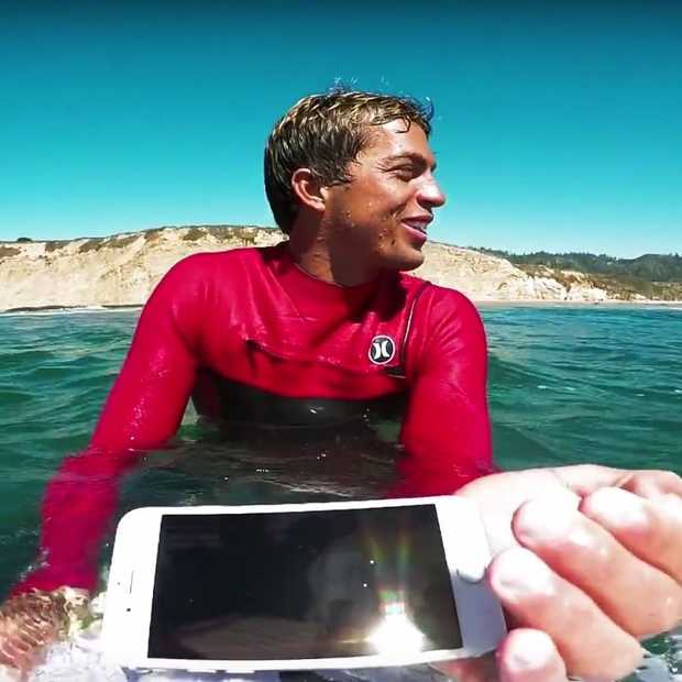 Coole video: surfer test verschillende iPhones op zijn surfplank